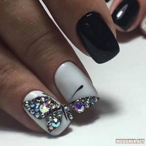 Бабочки на ногтях со стразами