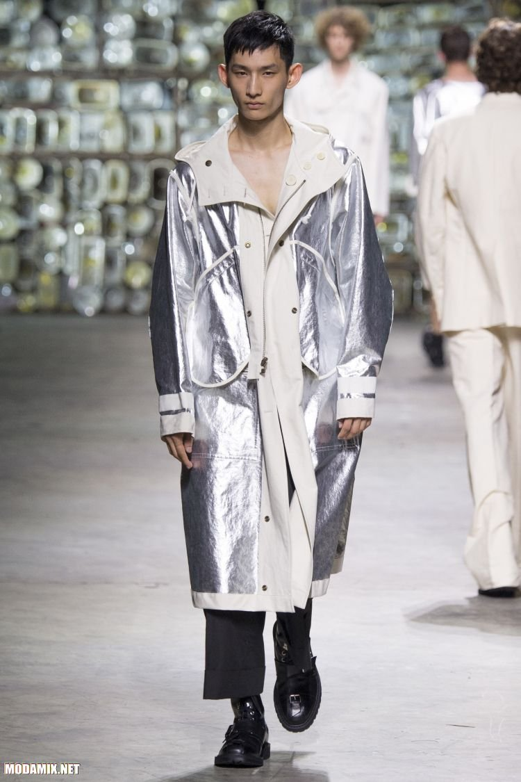 Фото мужского пальто из металлизированного материала