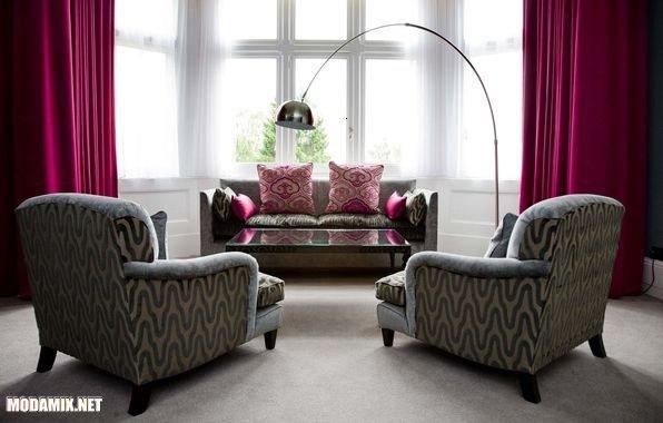 Портьеры в гостинной и подушки оттенка PANTONE 17-2034 Pink Yarrow