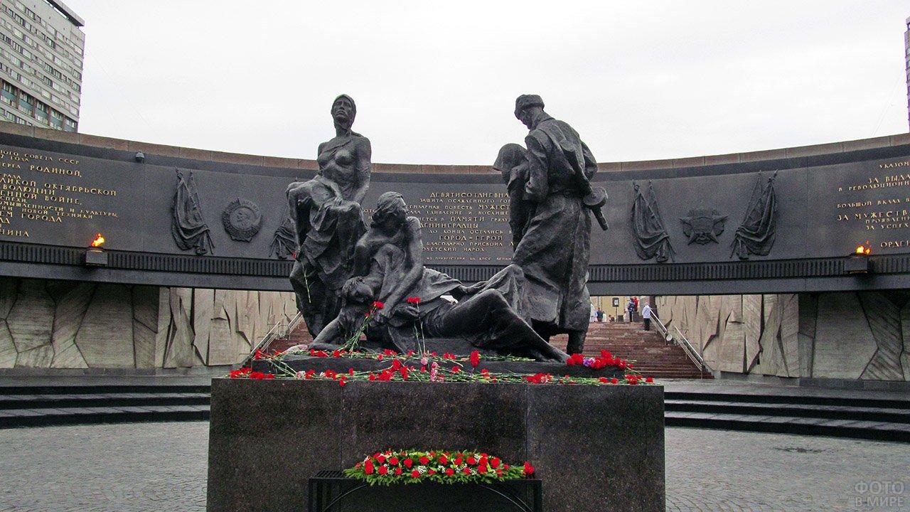 Монумент героическим защитникам Ленинграда. Фото