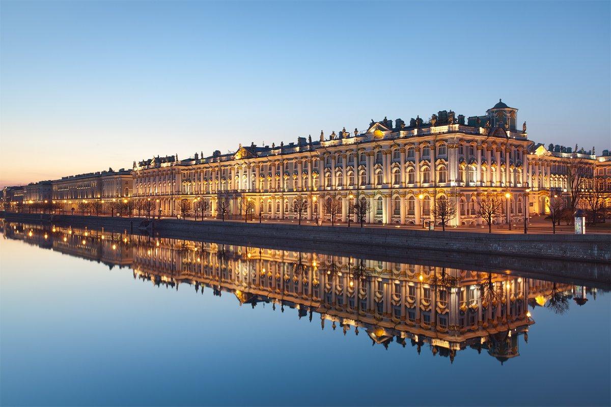 Дворцовая набережная в Санкт Петербурге