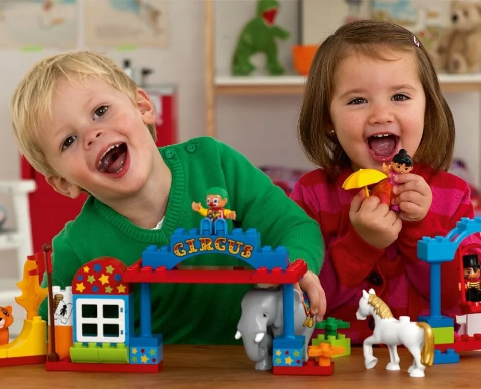 Картинки ребенок играет игрушками