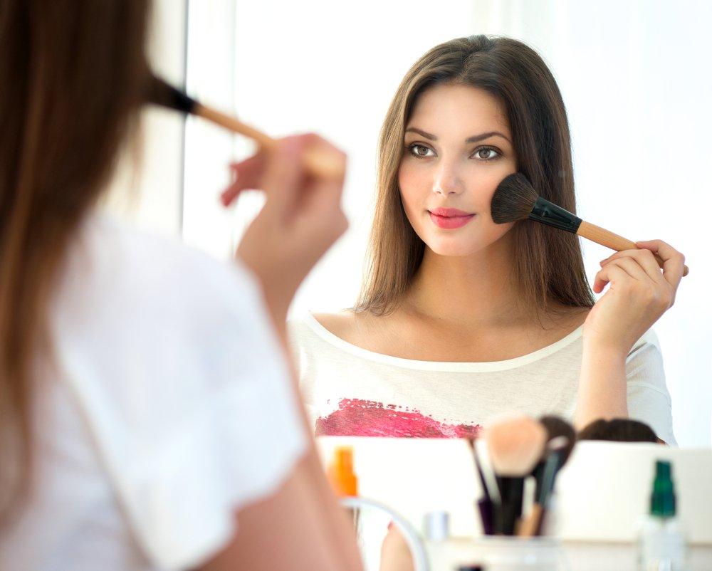 девушка пользуется косметикой