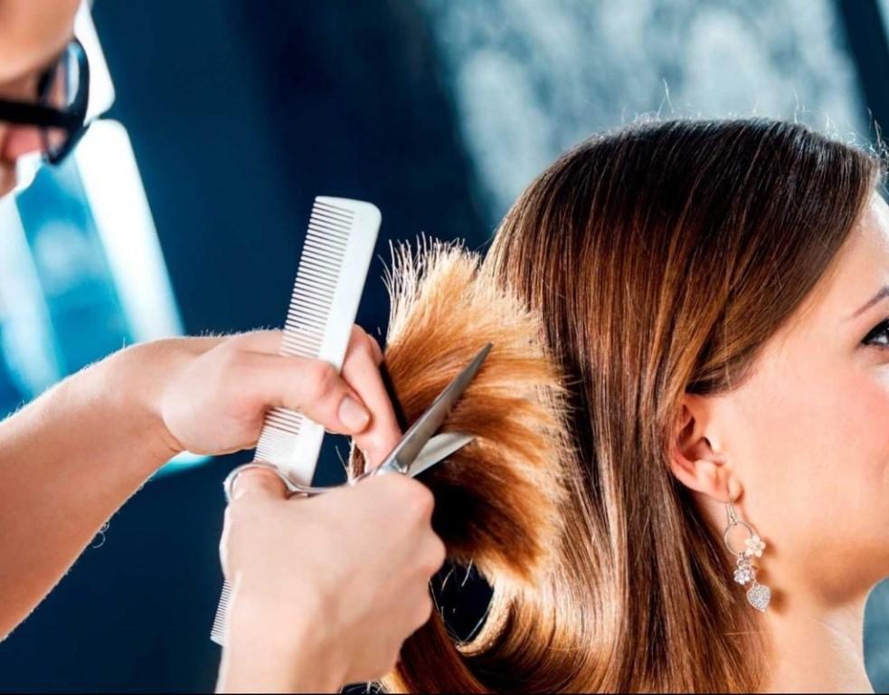 стрижка волос в парикмахерской